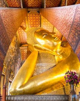 Stützende buddha-goldstatue bei wat pho