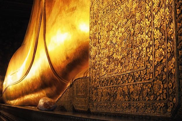 Stützende buddha-goldstatue. wat pho, bangkok, thailand.