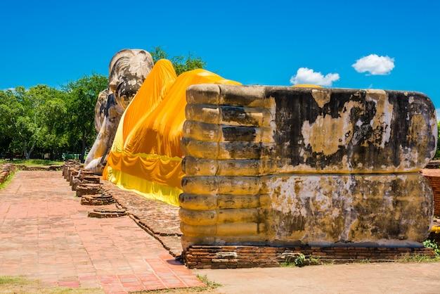 Stützender buddha bei wat lokayasutharam, ayutthaya, thailand