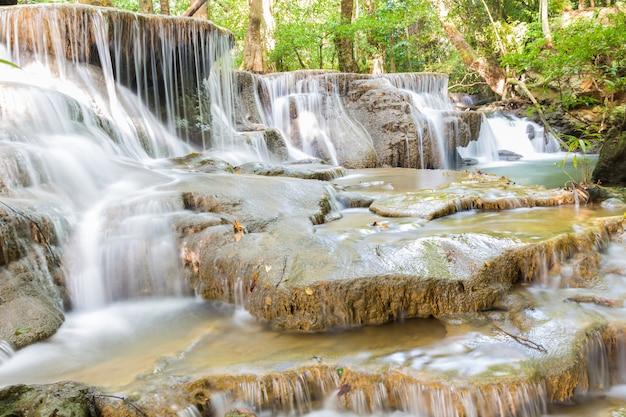 Stufe sechs des wasserfalls huai mae kamin in kanchanaburi, thailand