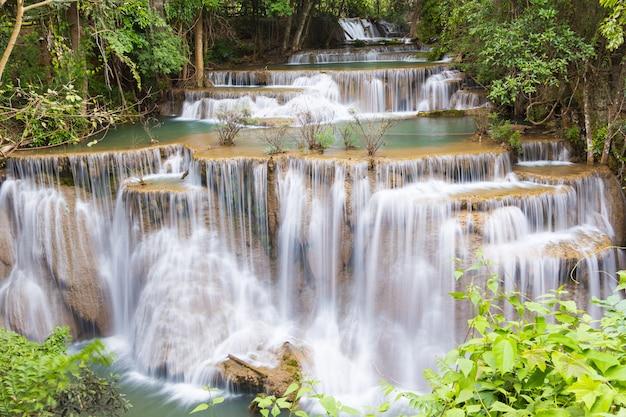 Stufe vier des wasserfalls huai mae kamin in kanchanaburi, thailand