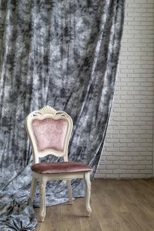 Stuhl auf grauer farbe des vorhangs für innenraum