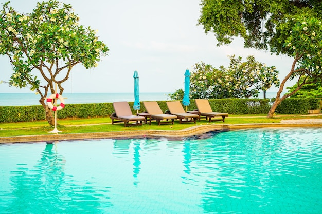 Stuhl pool mit sonnenschirm um pool