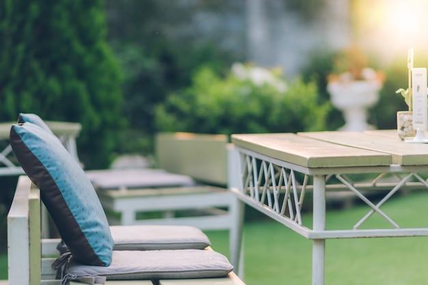Stuhl und schreibtisch in restaurants im freien.