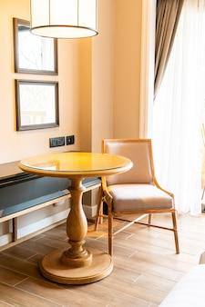 Stuhl und tisch für den arbeitsbereich im hotelzimmer