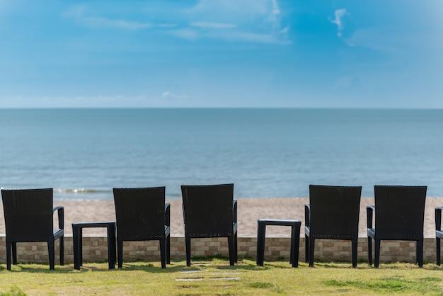 Stuhlreihe vor dem strand zum entspannen.