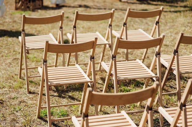 Stuhlset für hochzeit oder eine andere veranstaltung mit catering.