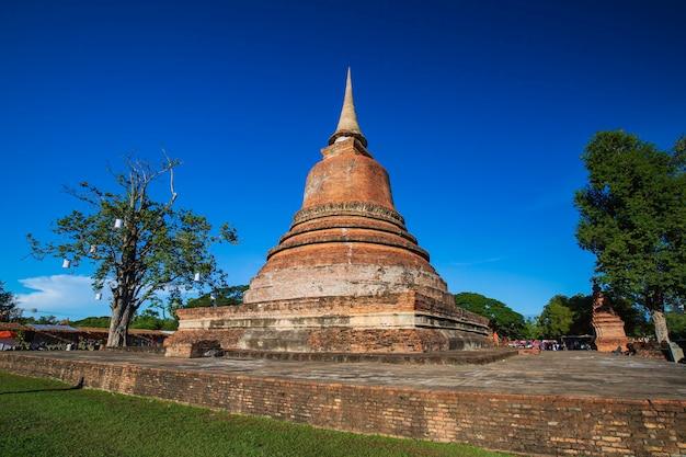 Stupa im wat mahathat tempel im historischen park im blauen himmel von sukhothai Premium Fotos
