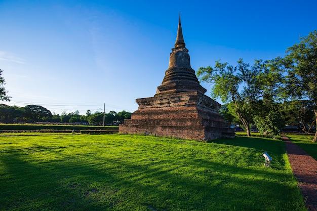 Stupa im wat mahathat tempel im historischen park in sukhothai blauer himmel und parkgrün