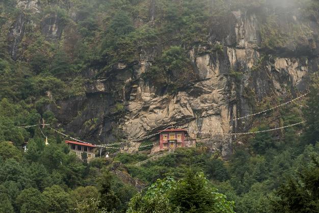 Stupa und tempel auf hügel und grünem berg in nepal