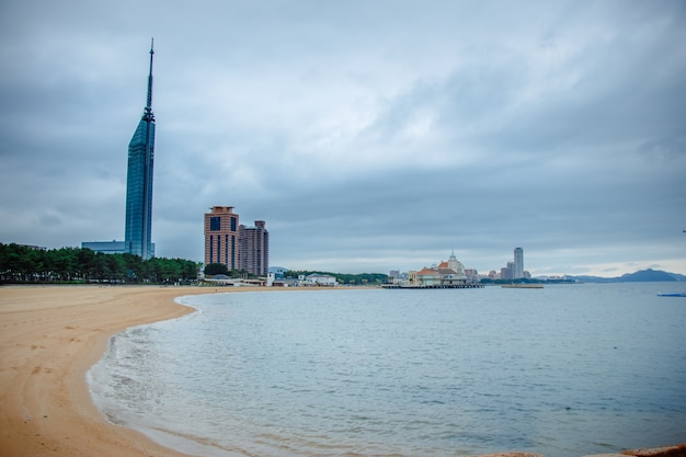 Sturm kommt am strand in der bucht von fukuoka. stadt scape der küste momochi hakata fukuoka kyushu, japan