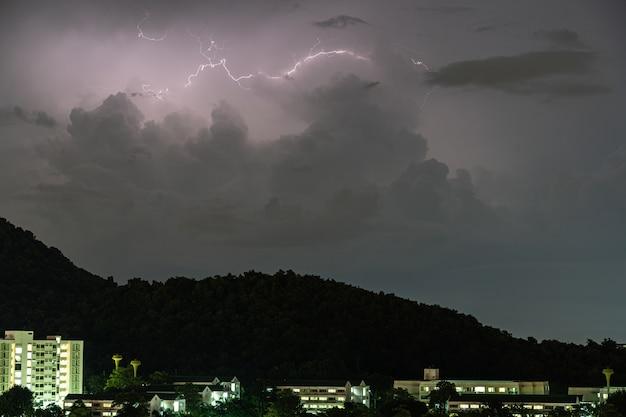 Sturmblitzeinschläge in den bergen während eines gewitters nachts. schöne dramatische aussicht