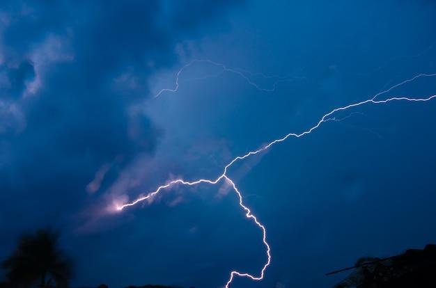 Sturmhintergrund, schöne strahlen, die durch den himmel schneiden und die nacht erhellen.