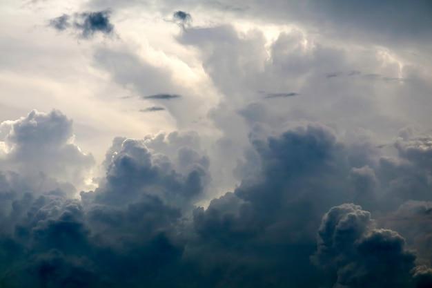 Sturmschattenbildwolken-sonnenstrahl in der dunklen wolke des grauen himmels