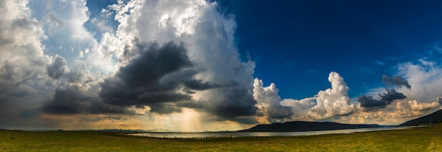 Sturmwolken mit dem regen, naturhintergrund