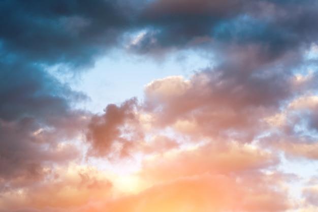 Sturmwolken verwischten das weichzeichnentonen