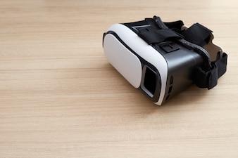 Sturzhelmkopfhörer der virtuellen Realität auf hölzernem