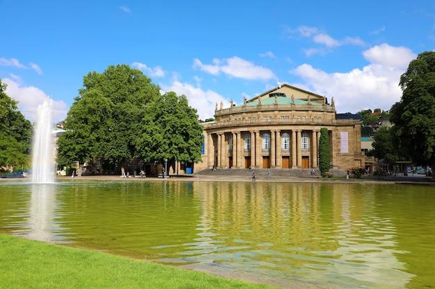 Stuttgarter theatergebäude und brunnen bei eckensee in deutschland