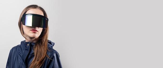 Style frau in virtual-reality-brille und in einer blauen jacke auf hellem hintergrund. banner.