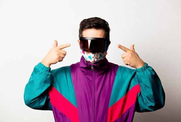 Style mann in trainingsanzug und futuristischer brille