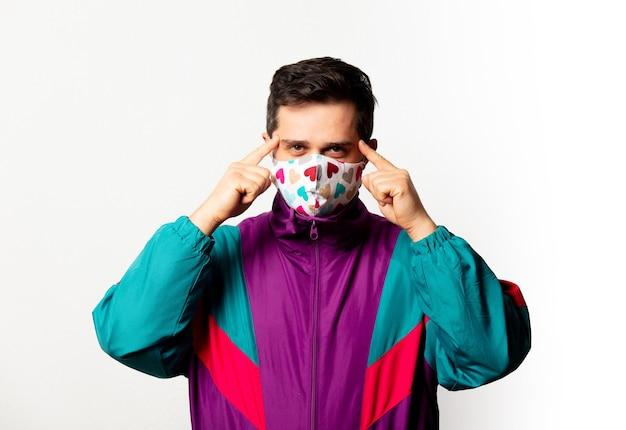 Style mann in trainingsanzug und gesichtsmaske