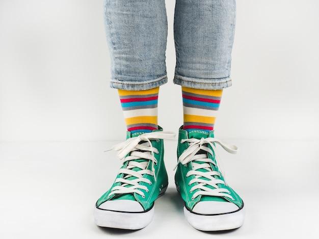 Stylische sneakers und lustige, fröhliche socken