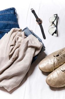 Stylisches damen-herbst-outfit draufsicht auf die kleidung