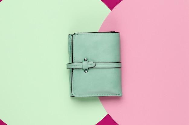Stylisches damen-lederportemonnaie auf farbigem hintergrund
