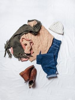 Stylisches herbst- und winteroutfit für damen von oben auf stilvolle kleidung