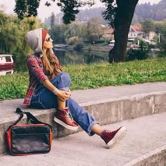 Stylisches urban girl in hemd und denim in der city location