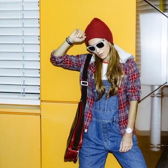Stylisches urban girl in hemd und jeansoverall