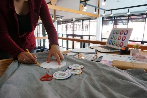 Stylish fashion designer arbeiten als skizze der neuen kollektion im atelier. kreatives designkonzept.
