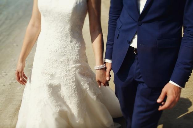 Stylish schöne paar glückliche jungvermählten auf einem spaziergang in san diego an ihrem hochzeitstag