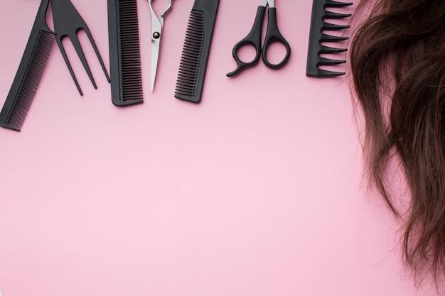 Stylistin versorgt sich mit haaren