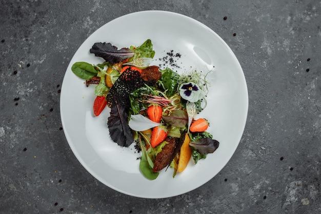 Su-view-ente gebraten in teriyaki-sauce, karamellisierte birne, tomaten, salatmischung, zitronensauce