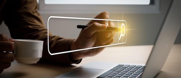 Suche im internet geschäftsmann mit searching browsing internet internet der dinge iot auf searching browsing internet datenrecherche