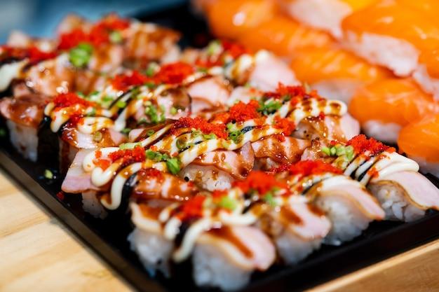 Suchi für den verkauf im supermarkt, suchi ist japanisches nationales essen, das auf der ganzen welt beliebt ist