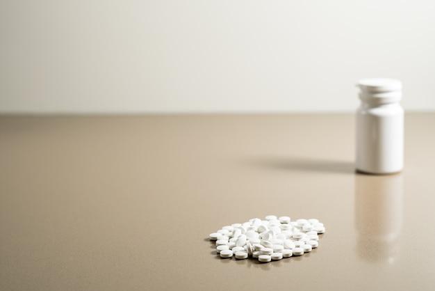Sucht nach den pillen, um den schmerz der depression zu widerstehen.
