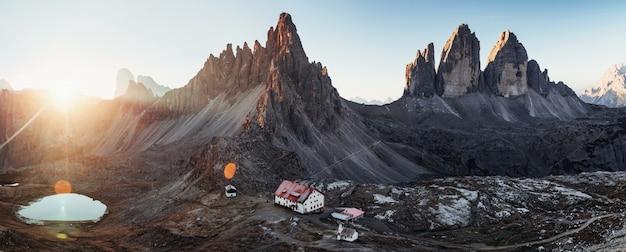 Sucn ein wunderschöner ort. hervorragende landschaft der majestätischen seceda dolomit berge am tag. panoramafoto