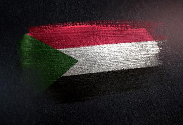 Sudan-flagge gemacht von der metallischen bürsten-farbe auf dunkler wand des schmutzes