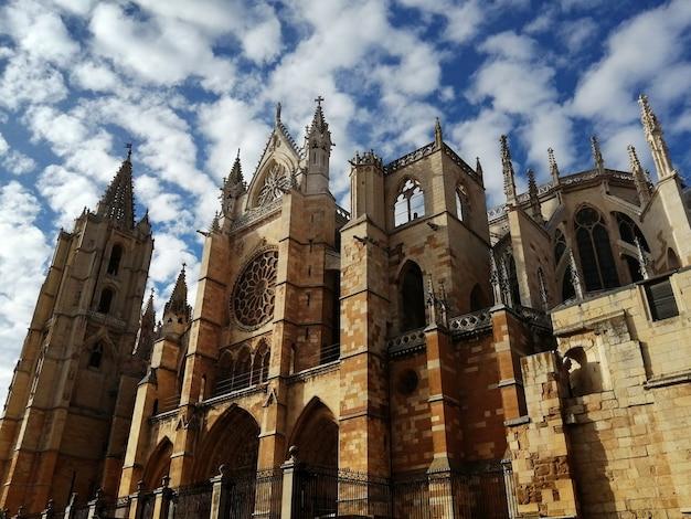 Südfassade der kathedrale von leon mit schönen wolken