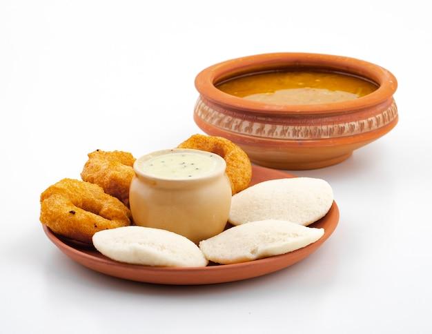 Südindisches volksfrühstück idli, vada, sambar oder chutney