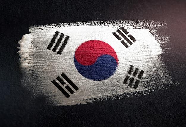 Südkorea-flagge gemacht von der metallischen bürsten-farbe auf dunkler wand des schmutzes