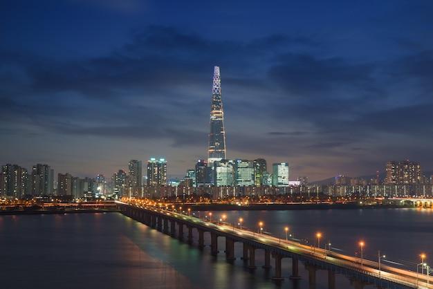 Südkoreas skyline von seoul, die beste aussicht auf südkorea mit lotte world mall in jamsil.