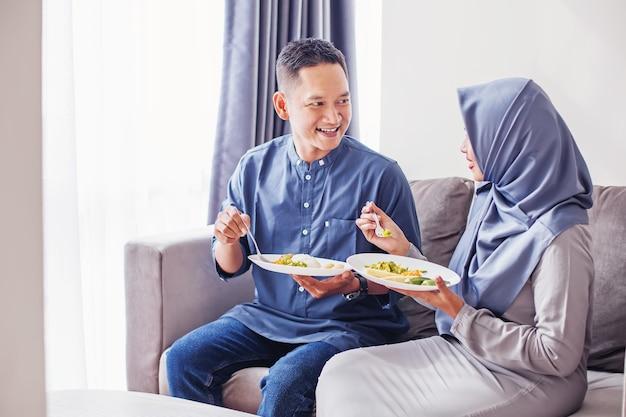 Südostasiatisches paar, das zusammen isst