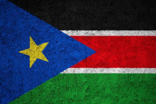 Südsudan-flagge gemalt auf schmutzwand