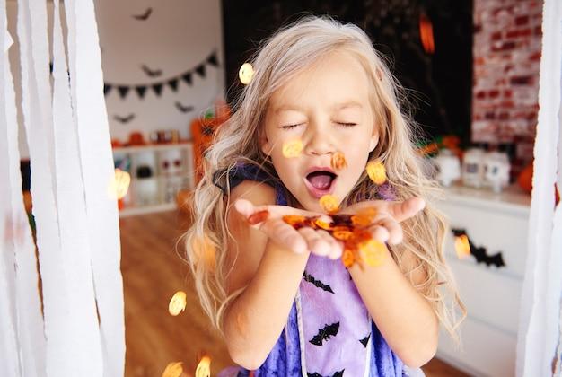 Süß ein mädchen auf der halloween-party