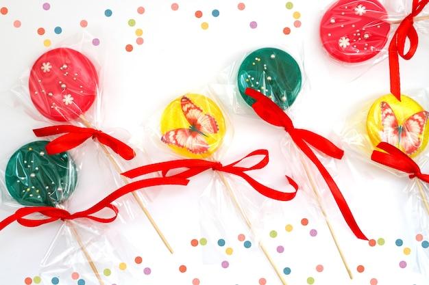 Süß gefärbte helle lutscher