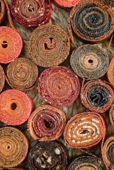 Süß pürierte fruchtpastille. fruchtrollups hausgemacht. natürliche süßigkeiten aus getrockneten beeren und früchten.