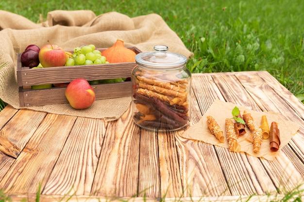 Süß pürierte fruchtpastille. natürliche süßigkeiten aus getrockneten beeren und früchten.
